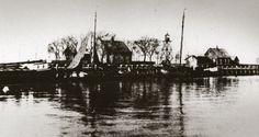 Emmeloord op Schokland: oude haven met lichtwachters- en havenmeesterswoning, visafslag en misthoornhuis.  Fotocollectie Museum Schokland