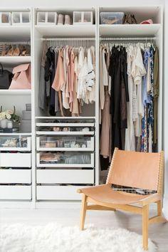 désencombrer sa maison avec une grande armoire blanche, des étagères et des tiroirs avec des vitrines en verre, chaise en couleur saumon dans le dressing, sol recouvert d'un tapis en blanc, imitation de fourrure d'animal