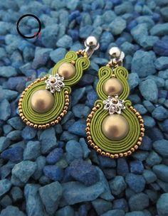 Orecchini soutache verde oliva, perle in vetro satin, rocailles bronzo, chiusura a clips. Opificio77