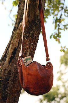 """Ob bei einer langen Partynacht oder einem ausgedehnten Stadtbummel – ihre praktische und handliche Größe macht die Umhängetasche """"Anna"""" zu einer tollen Begleiterin für unterwegs - Lederhandtasche - Gusti Leder - H5"""