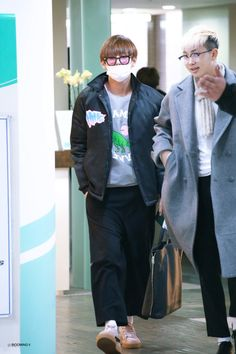 Rap monster is like: see? And v just looks like: see what? Jimin Jungkook, V Taehyung, Bts Bangtan Boy, Bts Boys, Namjoon, Kpop Fashion, Korean Fashion, Airport Fashion, Fashion Outfits