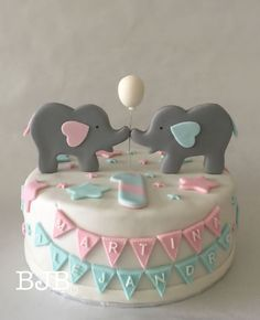 Una deliciosa tarta para celebrar el primer cumpleaños de Martina y Alejandro.