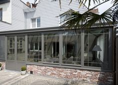Ruime veranda in cottagestijl