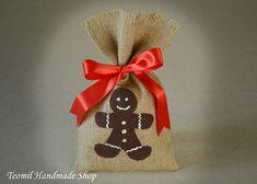 Estas bolsas de arpillera hará el detalle perfecto para tus regalos de Navidad! Puedes usarlos como bolsos de favor de la fiesta de Navidad, media embutidoras, titulares de la tarjeta de regalo, mercancía bolsas, envoltura para regalos de santa secreto y mucho más!  Tamaño:  7 x 11. (18,5 cm x 28 cm)  Si quieres en otro tamaño o una diversa cantidad por favor convo mí y voy a estar encantados de hacer un encargo para usted.  Por favor vea mis otros artículos de boda rústico aquí…