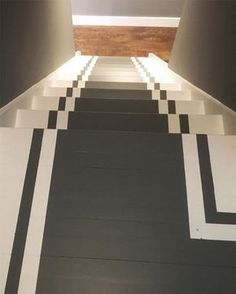 Escalier peint en blanc avec chemin central et lignes gris ardoise Basement Remodel Diy, Basement Remodeling, Painted Stairs, Painted Doors, Country Interior, Home Interior, Tile Stairs, Basement Furniture, House Front Design