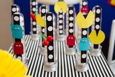 Tubetes decorados com personagens e detalhes do tema Pac Man Foto: Luciana…