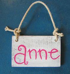 Naambord voor stoere kinderkamer. Steigerhout en naam