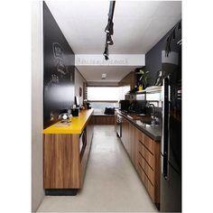 """Decoração Pra Você no Instagram: """"Cozinha maravilhosa de hoje! Definitivamente a combinação preto + amarelo + madeira nunca dará errado! A iluminação de trilho e essa parede com tinta lousa deram aquele toque final! {Projeto do maravilhoso @spestudio} #decoraçãopravocê #arquitetura #archilovers #decoração #cozinhadpv #decorspestudio"""""""