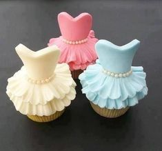 Decorating cupcakes like this is A LOT EASIER than you'd think! Check it out! Super Cute!