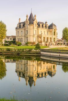 Château Hôtel Grand Barrail, just outside Saint-Émilion, France. Beautiful Castles, Beautiful Buildings, French Chateau Homes, Places To Travel, Places To Go, Chateau Hotel, French Castles, Castle House, Travel Aesthetic