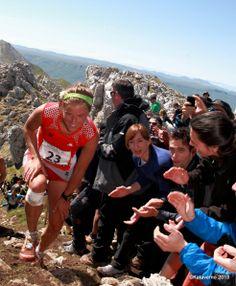 """Zegama Aizkorri, probablemente la más grande carrera de montaña del mundo. Aunq no pase de 42k. El porqué lo vemos en momentos como este del 2013: La afición jaleando a Emelie Forsberg el coronar el Aizkorri. """"¡Oso ondo!"""""""