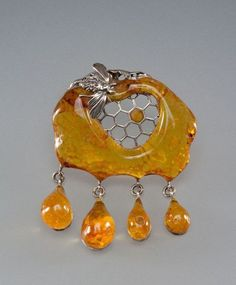 From Lithuania. A Baltic amber honey and bee brooch. Amber Ring, Amber Necklace, Amber Jewelry, Cute Jewelry, Jewelry Art, Beaded Jewelry, Silver Jewelry, Jewelry Design, Unique Jewelry