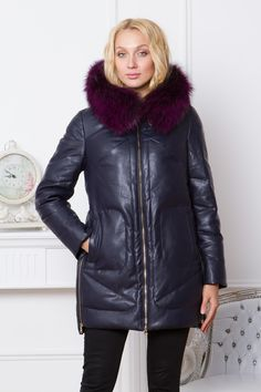 Пуховик женский с капюшоном, отделка натуральным мехом чернобурки, цена снижена на 10%..