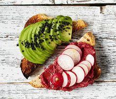 Punajuurihummus sopii levitteeksi vegaanille.