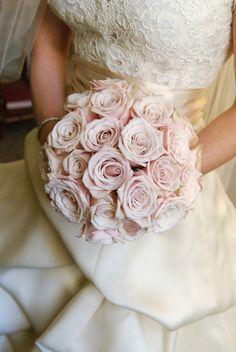 Ein Traum in Rosa: Brautstrauß in Biedermeier-Form aus Rosen