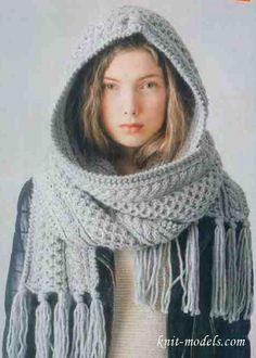 Вязаный спицами шарф-капор