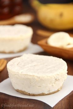 """Skinny Banana Breakfast Cheesecakes -- packed with grams of protein & NO refined sugar! Uh-huh, you had me at """"breakfast cheesecake"""" Breakfast Cheesecake, Breakfast Desayunos, Breakfast Recipes, Banana Cheesecake, Cheesecake Bites, Healthy Baking, Healthy Desserts, Delicious Desserts, Yummy Food"""
