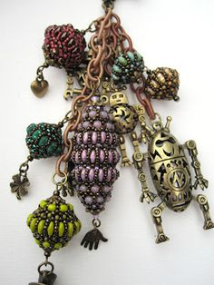 Wonderful beaded bead design with SuperDuo Beads. Add this to the list of things to try!
