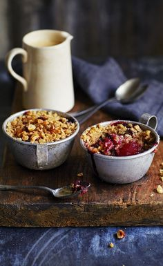 Try our classic recipe pear and blackberry crumble. How would you serve yours, with cream, ice cream or custard? Blackberry Crumble, Fruit Crumble, Köstliche Desserts, Delicious Desserts, Dessert Recipes, Fall Recipes, Sweet Recipes, Moussaka, Gastronomia