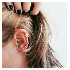 Piercing na orelha: Veja 10 ideias para inovar na hora de aderir ao acessório. Ear Piercing For Women, Cute Ear Piercings, Lobe Piercing, Body Piercings, Piercing Tattoo, Industrial Piercing Jewelry, Initial Jewelry, Leaf Necklace, Body Jewelry