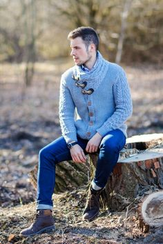Photography Poses For Men Outdoor Mens Fashion Outdoor Portrait Photography, Photography Poses For Men, Outdoor Portraits, Autumn Photography, Fashion Photography, Poses Pour Photoshoot, Men Photoshoot, Outdoor Fotografie, Foto Portrait