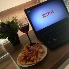 #netflix and chill #wine #pizza #foodporn #sunday #relax Chow Chow, Netflix And Chill Tumblr, Super Pizza, Wine And Pizza, Honeymoon Pictures, Single And Happy, Night Couple, Instagram Story, Food Porn