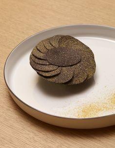 #TruffeNoire de Richerenches mâche coquille de Louviers/lait caillé.  La truffe noire est un ingrédient très rare donc très cher, il faut savoir bien l'utiliser. Pour ma part, je l'aime quasiment nature en salade.  #repasdefetes © Stéphane de Bourgies