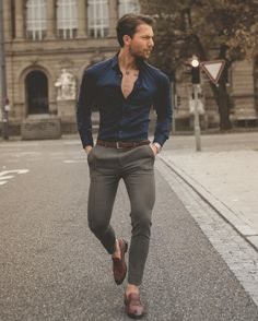 Moda masculina: como combinar a cor azul Mens Smart Casual Outfits, Mens Dress Outfits, Smart Casual Menswear, Casual Summer Outfits, Men Casual, Men's Smart Casual, Blue Shirt Outfit Men, Formal Dresses For Men, Formal Men Outfit
