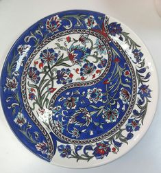 Huzur Sokağı (Yaşama Değer Hobiler) Plate Wall Decor, Plates On Wall, Ceramic Plates, Decorative Plates, Turkish Design, Turkish Tiles, Doodle Patterns, Paul Gauguin, China Painting