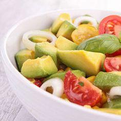 Esta salada de abacate e tomates fica pronta em apenas alguns minutos. Experimente esta mistura!