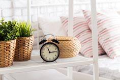 Ces plantes vertes dans la chambre peuvent vous aider si vous souffrez d'insomnie, d'apnée du sommeil ou avez des difficulté à vous endormir. En effet, certaines ont des vertus dépolluantes et apaisantes, qui favorisent le sommeil et purifient l'air. L'idéal pour vous aider à plonger dans les bras de Morphée !