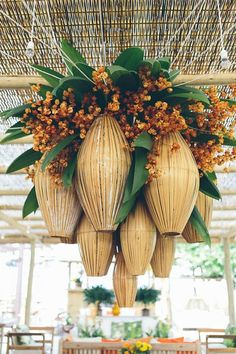 Tropical wedding chandelier Photo by Duo Borgatto Tropical Home Decor, Tropical Houses, Tropical Interior, Tropical Furniture, Reception Decorations, Event Decor, Wedding Centerpieces, Centrepieces, Flower Centerpieces