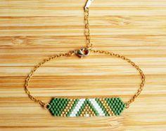 Bracelet doré à lOr fin 14 carats (plaquage Gold Filled). Tissage en perles de verre japonaises Miyuki cousues main. Contraste entre les perles de couleur mat et dorées à l Or fin 24 carats.  Longueur Réglable