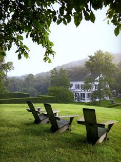 When classicist architect Gil Schafer teamed up with celebrated landscape designer Deborah Nevins to craft the grounds for his Greek Revival house, the two created a garden that feels historically appropriate—yet surprisingly contemporary. Beautiful Homes, Beautiful Places, Beautiful Life, Parcs, Farm Life, Country Living, My Dream Home, Dream Land, The Great Outdoors