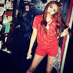 Girl group 2NE1's member Minzy revealed a bright yet feminine picture of herself. #2ne1