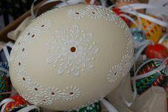 Pštrosí vejce zdobené madeirovým vzorem.