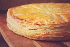 Préparation: 1. Préchauffez votre four à 180°C. 2.Sur une plaque allant au four, déposez un rouleau de pâte feuilletée. Étalez dessus la compote de pommes en laissant 2 cm de pâte sur le bord. Ca…