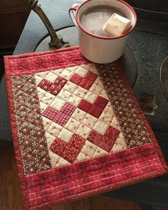 Amazing what you can come up with, with just using squares. Cute little Valentine mini quilt. Maybe make it into a little table runner or placemat Heart Quilt Pattern, Mini Quilt Patterns, Mug Rug Patterns, Quilted Placemat Patterns, Mini Quilts, Small Quilts, Quilted Table Toppers, Quilted Table Runners, Small Quilt Projects