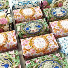 Nyhet på R.O.O.M. Underbara tvålar från Claus Porto. Företaget grundades 1887 i Portugal och varje tvål formas och pressas för hand. Och som kronan på verket; fantastiska förpackningar! 95kr/st. Finns på R.O.O.M. Täby C. #roombutiken #nyhetpåroom #clausporto