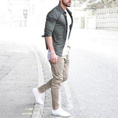 graues Langarmhemd, weißes T-Shirt mit einem Rundhalsausschnitt, hellbeige  Chinohose, weiße niedrige Sneakers für Herren 0e2bc770fb