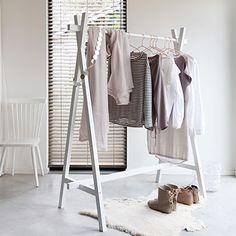 Hang je kleding voor de volgende dag alvast klaar. Zo geef je je slaapkamer direct sfeer en kleur. #vtwonen #slapen #opbergen #hetkabinet #interieur #slaapkamer