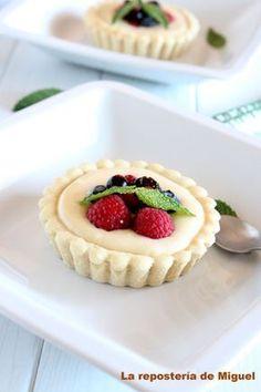 Con la llegada del calor empiezan a apetecer postres frescos y ligeros, por lo que estas tartaletas de crema y frutas del bosque se pueden convertir en una buen