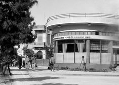 1930's/1940's, when many German-born Jewish architects (trained in Bauhaus) were settling into The city and making their impression on the city's architecture.