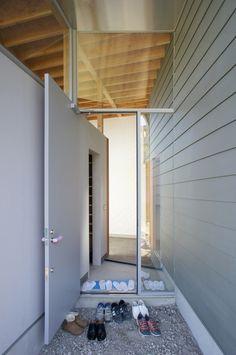 左の壁はサイディングで中は納戸。右の壁はガルバリウム鋼板で中は水回りになる。  japan-architects.com