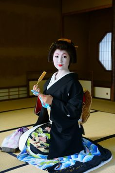 "geisha-kai: "" November 2014: geiko Sayaka of Gion Kobu dressed formally (SOURCE) You can purchase the very same mirror at the Gion Kaburenjo Theatre during Miyako Odori dance recital of April. """