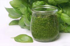 Het recept voor pesto is eenvoudig, maar het gaat om de kwaliteit van de ingrediënten. Vooral de basilicum moet echt top zijn: stevige groene bladeren die je al van ver kunt ruiken. Koop geen armetierig supermarktplantje!