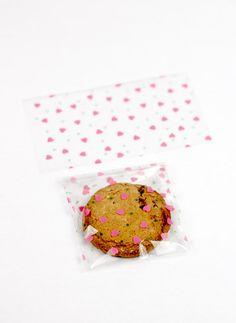 piccoli sacchetti porta biscotti con cuoricini rosa (15). via Etsy.