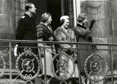 Britse koningshuis. Bezoek van koningin Elizabeth en prins Philip van Engeland (Groot-Brittannië) aan Amsterdam. V.l.n.r. prins Philip, prinses Beatrix, prinses Irene en koningin Elizabeth op het balkon van het Koninklijk Paleis op de Dam, 25 maart 1958.