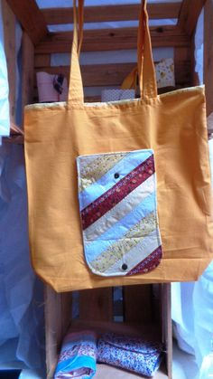 """Sacola em estilo """"Ecobag carteirinha"""" feita com retalho em tecido 100% algodão.É prática por ser dobrável e caber dentro da bolsa.Depois de aberta a carteirinha funciona como um bolsinho .É estruturada com manta R2 e tem botão de pressão."""