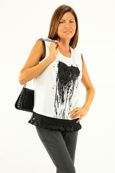 T-Shirt in cotone elasticizzato senza manica e girocollo. Stampa a cuore sul davanti con applicazione di paillettes. Inserti in tulle sui borsi e laccetti sul retro. COLORE: SUGAR REPARTO: Abbigliamento STILISTA: Twin Set Jeans